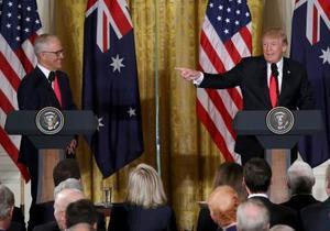 ホワイトハウスで開かれた共同記者会見でのトランプ米大統領(右)と、オーストラリアのターンブル首相=23日、ワシントン(ゲッティ=共同)