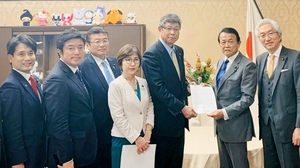 麻生太郎財務相(右から2人目)に決議を手渡す高木毅座長(同3人目)=12月5日、財務省