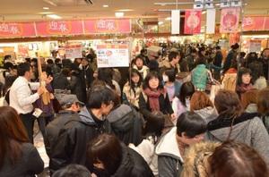 福袋やセール商品を求める買い物客でにぎわう店内=1日、福井市のベル