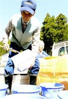 自宅で育てたヤマメの放流を準備する松永一徳さん=2日、福井市国見町
