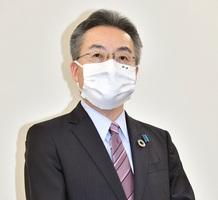 全国を対象とした緊急事態宣言を受け、報道陣の取材に応じる福井県の杉本達治知事=4月16日午後8時40分ごろ、福井県庁