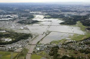 記録的な大雨で浸水した、千葉県佐倉市の鹿島川流域=10月26日午前9時1分(共同通信社ヘリから)