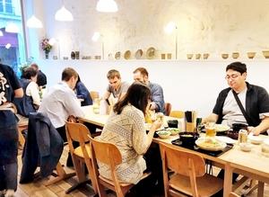 東郷商店がパリに開業した越前そば店。食材をはじめ、食器や地酒も福井産を使用する(同社提供)