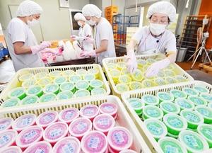出荷がピークを迎え、次々と作られるカップかき氷「みぞれ」=7月18日、福井県越前市矢放町の柿谷商店