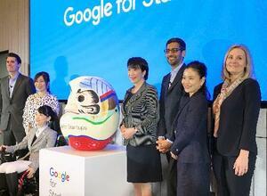 起業家支援施設の開設式典に出席した米グーグルのピチャイCEO(右から3人目)、高市総務相(同4人目)ら=19日、東京都渋谷区