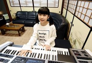 「ユーチューブ」で電子オルガンを演奏した動画の投稿を続けている826askaさん=福井県鯖江市の自宅