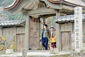 扉などの修復工事が完了し、かつての雰囲気を取り戻した唐門=福井市の一乗谷朝倉氏遺跡
