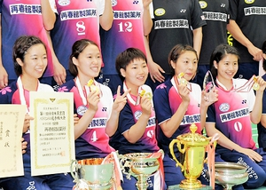 初優勝を果たし、笑顔でメダルを手にする山口茜(中央)と再春館製薬所のチームメイト=3日、福井県の勝山市体育館ジオアリーナ