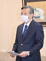 福井県から業務停止命令書を受け取った小林化工の小林広幸社長=2月9日、福井県庁