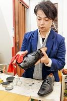 靴に丁寧にワックスを塗る宮崎友博さん=福井市のミヤザキ靴店