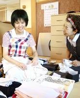 入所者の洗濯物を畳む高倉綾乃さん(左)=7月27日、福井県坂井市のプライムハイツ春江