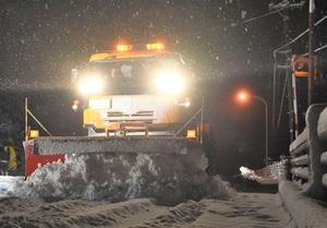 国道に積雪、除雪車この冬初出動
