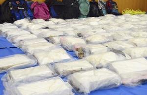 貨物船から押収されたコカイン=横浜税関