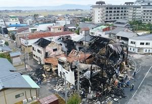 土産店など計6棟を全焼した火災現場=28日午前10時53分、福井県あわら市温泉3丁目を日本空撮・小型無人機ドローンで撮影