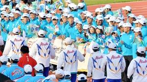 福井国体総合閉会式で、笑顔と拍手で退場する選手らを見送る福井県選手団=10月9日、福井県福井市の9・98スタジアム