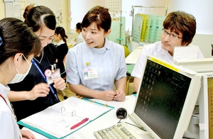 短時間勤務を利用して職場復帰した主任看護師の広瀬百恵さん(右から2人目)=福井市の福井県済生会病院