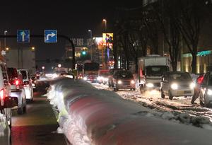 通行止め解除後、渋滞する国道8号。圧雪が残る鯖江方面(右側)と丸岡方面=9日午後9時55分ごろ、福井市大和田1丁目