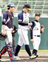 福井-富山 5回、勝ち越しを許し、肩を落とす福井先発の浜田俊之(中央)=福井県営球場