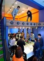 改修前のビルでキックオフイベント。福井県産食材の軽食を交えて和やかに=4月5日