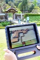 唐門上空から見た建物群の再現画像が流れるタブレット端末=3日、福井県福井市の一乗谷朝倉氏遺跡