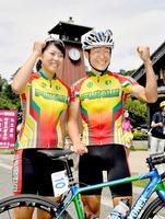 個人ロードレースで男女アベック優勝を果たし、喜ぶ中島康晴(右)と中村愛花=26日、福井県大野市明倫町