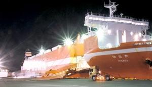 全長約180メートルのRORO船「ひだか」。160台のトレーラーと50台の乗用車が積載できる=9日午後10時45分ごろ、福井県敦賀市
