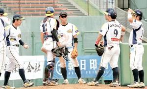 富山―福井 5回、9-9の同点に追い付かれマウンドに集まる福井ナイン=アルペンスタジアム