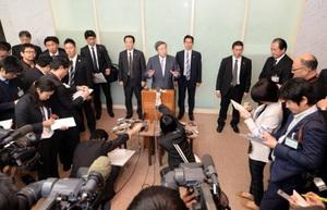 取材に応じる林幹雄経済産業相=20日、福井県議会