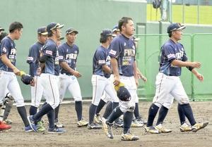 群馬―福井 0―12で大敗し、肩を落とす福井の選手たち=12日、群馬県高崎市の城南球場