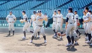 甲子園見学でグラウンドの感触を確かめる敦賀気比の選手ら=8月1日、兵庫県西宮市
