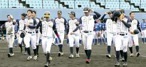福井-石川 6連敗を喫し、悔しそうにベンチに引き上げる福井ナイン=石川県金沢市民野球場