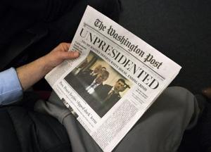 米首都ワシントンでばらまかれた偽のワシントン・ポスト紙=16日(UPI=共同)