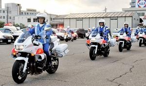 街頭活動に出発する白バイ隊員ら=1日、福井市の福井県警交通機動隊訓練場