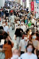 マスク姿で大阪・ミナミを歩く人たち=6日午後6時4分