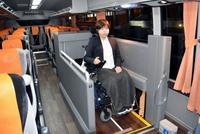 空港バスに車いす用エレベーター