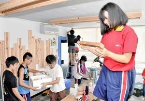 ビルの空き部屋の改装作業を行う大野高校の生徒たち=8月4日、福井県大野市元町