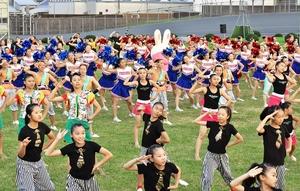 13団体の約300人が東京五輪応援ソング「パプリカ」に合わせた合同演技を披露した「100万人のためのマーチング」=8月4日、福井県福井市の福井競輪場