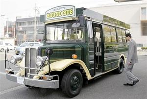 小浜市に納車されたレトロ調バス=25日、福井県小浜市役所