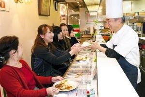 「なじみの味」を楽しむ村井さん(左端)ら3世代家族。宮崎さん(右)が温かく見守る=福井市中央1丁目のスパゲティ専門店「イタリア」