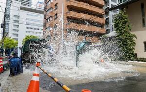 水道管から漏水し、大量の水が噴き出した現場=22日午後