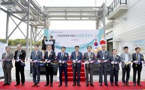 新工場の竣工式でテープカットする江守康昌社長(左から5人目)ら=韓国・大邱