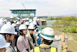 北陸新幹線九頭竜川橋の工事現場を見学する福井大の学生ら=21日、福井市