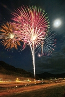 サプライズ花火、全国の夜空に咲く