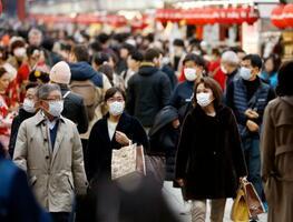 マスクをして観光する人たち=14日午後、東京・浅草