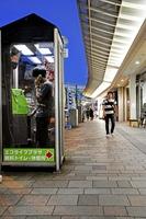 現在も福井県内に約1200台があり、利用されている公衆電話=8日、福井市中央1丁目