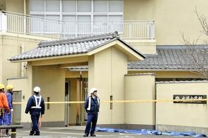 火災を受け規制線が張られた小浜小学校=2月27日午前8時半ごろ、福井県小浜市駅前町