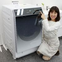 シャープが発表した、ドアに鏡面仕立てのガラスを採用した洗濯乾燥機の新製品=22日、大阪府八尾市
