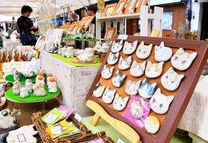 かわいらしいネコグッズが並ぶ「新栄にゃんでも市。」=7日、福井市中央1丁目の新栄テラス