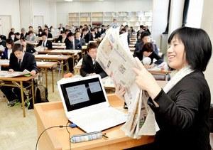 NIE活動の意義などについて話す植田さん(右)=16日、福井県小浜市の県嶺南教育事務所