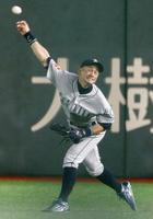 巨人戦の3回、田中俊の右飛を三塁に好返球するマリナーズのイチロー=東京ドーム